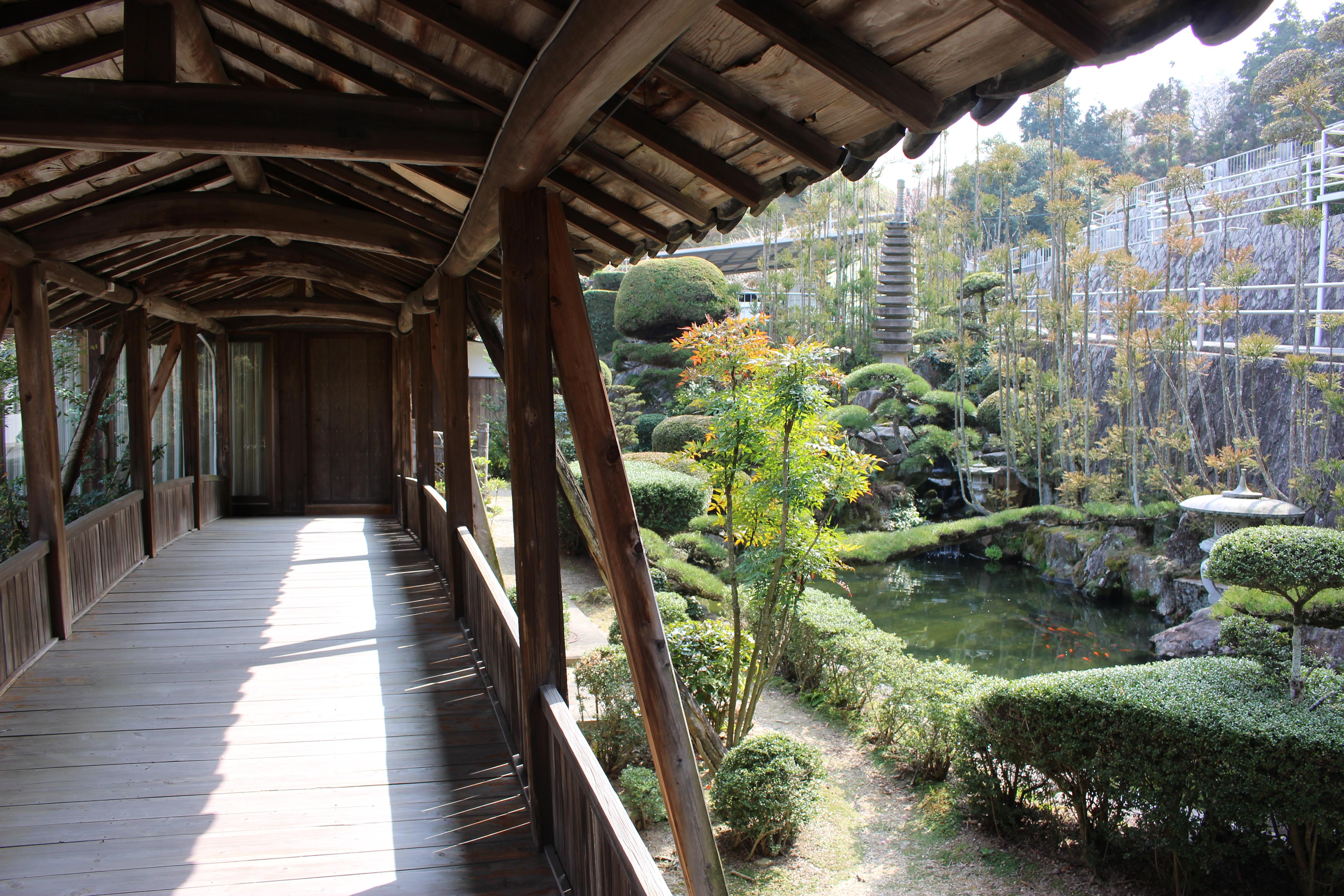 山の近くの寺1